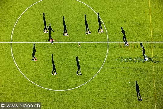 12869 - photo: Suisse -  joueux footballeurs sur un terrain de football à Genève